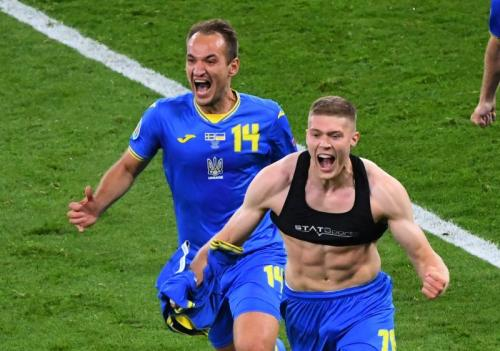 Selebrasi Dovbyk sempat bikin salah fokus di laga Swedia vs Ukraina