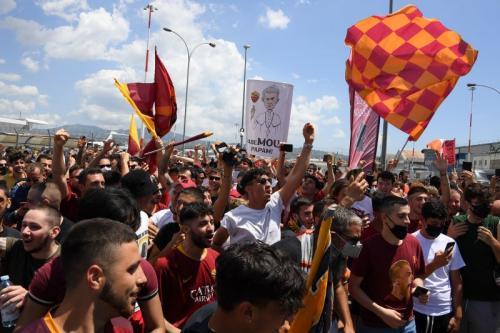 Fans AS Roma hadir untuk menyambut kedatangan Jose Mourinho