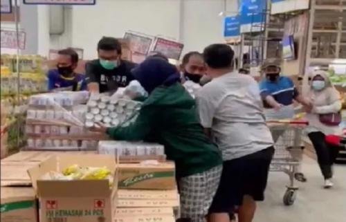 Viral panic buying susu beruang. (Foto: Instagram @lambe_turah)