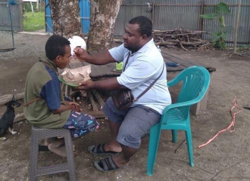 Viral tukang ojek Amos Yeninar bangun panti rehabilitasi pecandu lem dan narkoba. (Foto: Twitter @firashabrina)