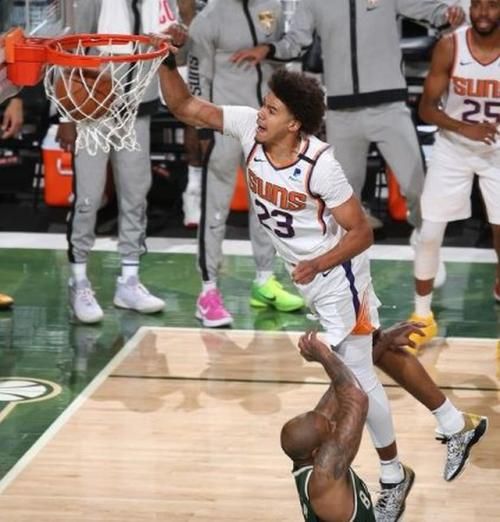 Mengenal teknik melempar bola sambil melayang dalam permainan bola basket