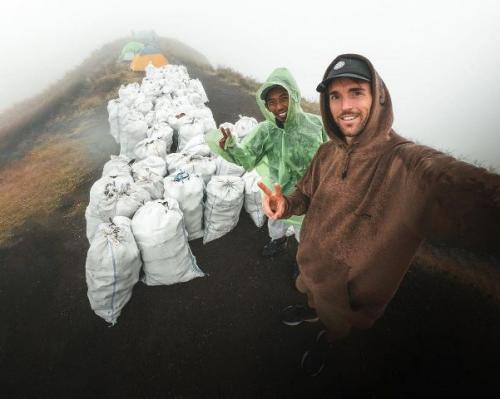 Viral seniman dan porter angkut 1,6 ton sampah dari Gunung Rinjani. (Foto: Instagram @benjaminortega)