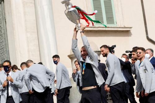 Chiellini bersama trofi Piala Eropa