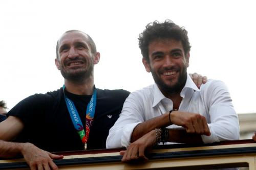 Berrettini bersama Chiellini yang sedang pawai kemenangan Timnas Italia di Piala Eropa 2020