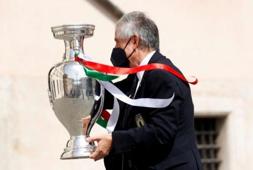 Presiden Italia, Sergio Mattarella bersama trofi Piala Eropa