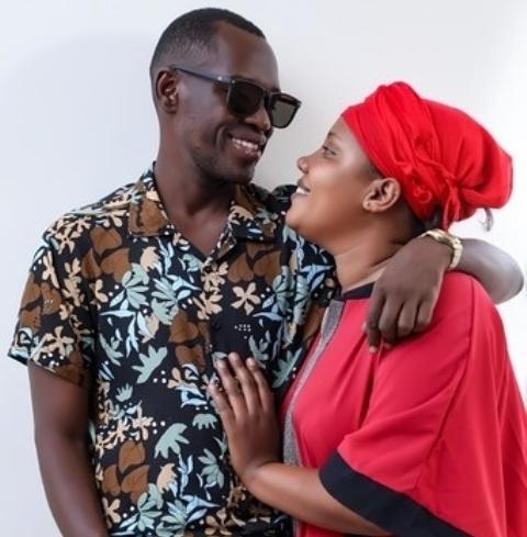 Musisi Uganda Nubian Li bahagia istrinya Salha mengucapkan syahadat. (Foto: Instagram @nubianli)
