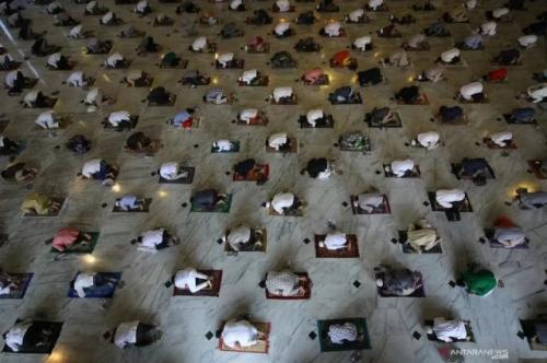Sholat berjamaah sesuai protokol kesehatan cegah covid-19. (Foto: Mochammad Asim/Antara)
