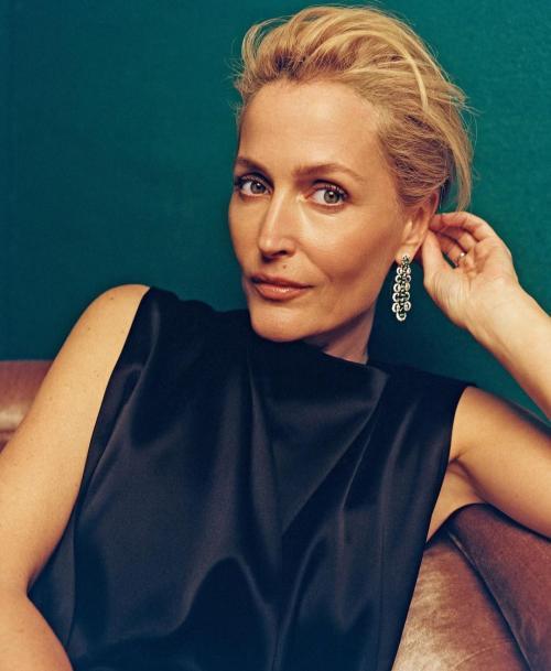 Gillian Anderson mengaku tak lagi memakai bra. (Foto: In Style)
