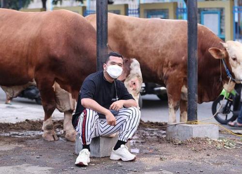 Putra Siregar pecahkan rekor menyembelih 1.100 hewan kurban. (Foto: Instagram @putrasiregar17)
