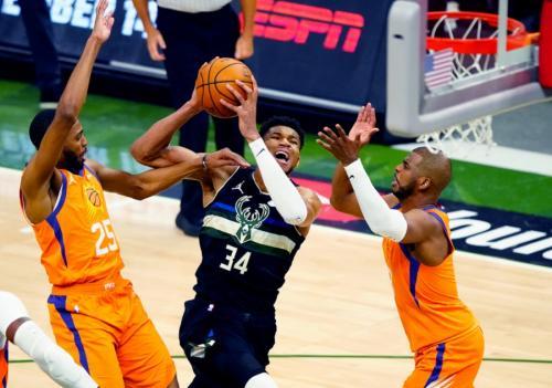 Giannis Antetokounmpo vs Phoenix Suns (Foto: Reuters)