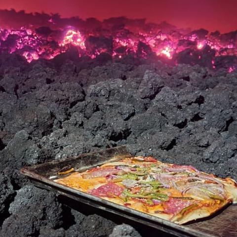 Pizza Pacaya dimasak pakai lava panas gunung berapi. (Foto: Instagram @pizzapacayadedavid)
