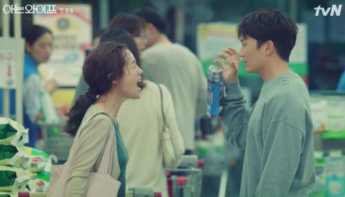 Ji Sung dan Han Ji Min dalam Familiar Wife. (Foto: tvN)