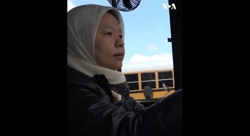 Yohana Djuanda muslimah Indonesia sopir bus sekolah di Amerika. (Foto: VOA Indonesia)
