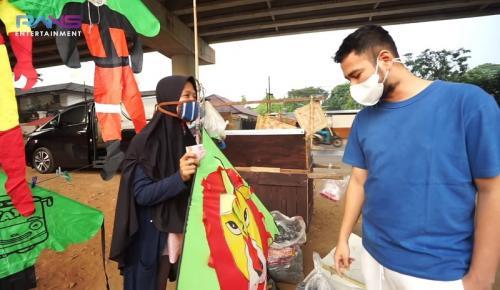 Raffi Ahmad bagi-bagi rezeki untuk pedagang kecil. (Foto: YouTube/RANS Entertainment)