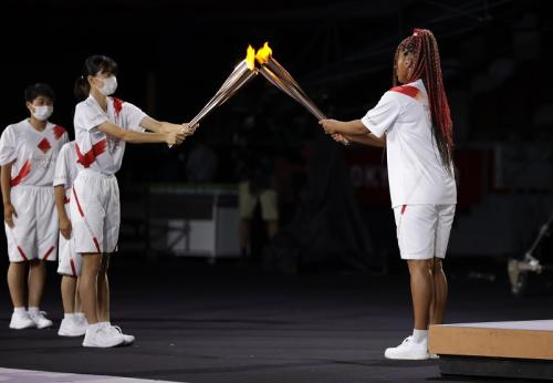 Naomi Osaka menyalakan api Olimpiade