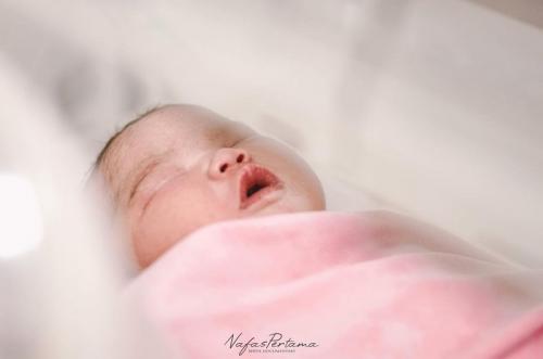 Kevin Andrean dan Sylivia Fully menyambut kelahiran anak pertama mereka. (Foto: Nafas Pertama/Instagram/@kev_andrean)