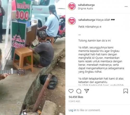 Viral penjual es bertato tadarus Alquran saat menunggu pembeli. (Foto: Instagram @sahabatsurga)