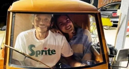 Francesca Sofia Novello bersama Valentino Riossi naik bajaj