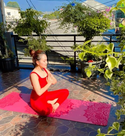 Ayu Ting Ting Pamer Pose Yoga Pakai Tanktop Merah, Netizen: Ada Bidadari