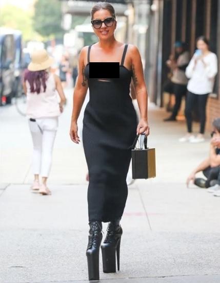 Lady Gaga terlihat berjalan-jalan di pusat kota New York dengan dandanan heboh. (Foto: BACKGRID)