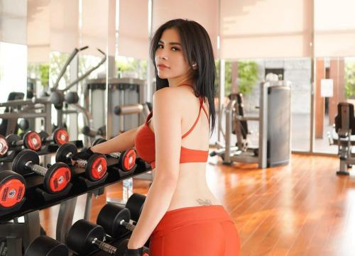 Maria Vania Pakai Sport Bra Oranye, Tato Kupu-kupu di Pinggul Belakang Curi Perhatian