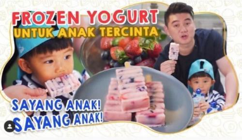 Chef Arnold Poernomo membuat frozen yoghurt untuk buah hatinya. (Foto: Instagram @arnoldpo)