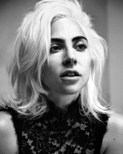 Lady Gaga terlihat berjalan-jalan di pusat kota New York dengan dandanan heboh. (Foto: VOGUE)