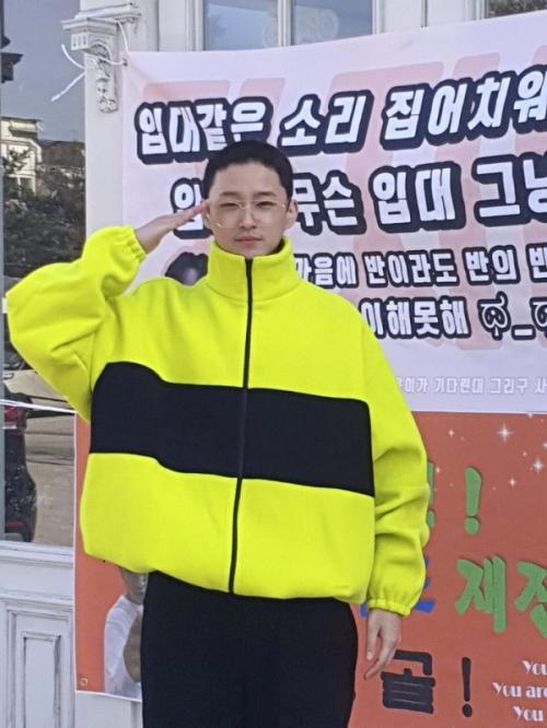 Lee Jae Jin FT Island resmi menyelesaikan tugas wamil. (Foto: Soompi)