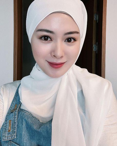 Ayana Moon tampil cantik dengan hijab putih. (Foto: Instagram @xolovelyayana)