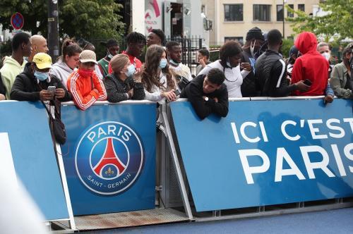 Fans PSG sambut Lionel Messi (Foto: Reuters)