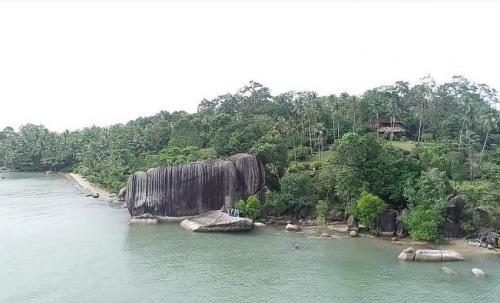 Pantai Batu Dinding di Babel
