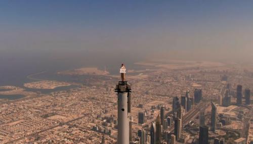 Pramugari Emirates di Atas Burj Khalifa