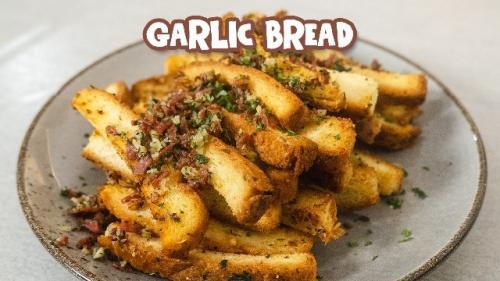 Garlic bread dari pinggiran roti. (Foto: YouTube Ade Koerniawan)