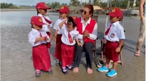 Susi Pudjiastuti dan anak-anak SD rayakan HUT ke-76 RI. (Foto: Instagram @susipudjiastuti115)