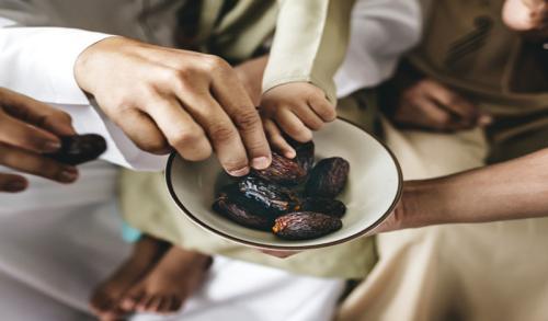 Ilustrasi makan menggunakan tangan kanan. (Foto: Freepik)