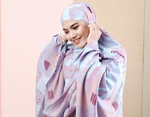 Hijab mukena. (Foto: Instagram @herfiza)
