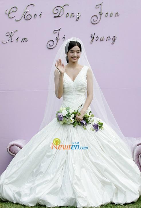 Han Chae Young menikahi pengusaha Choi Dong Joon. (Foto: Newsen)