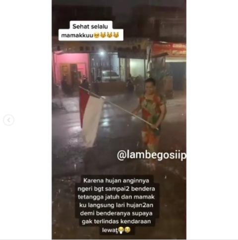 Viral emak-emak selamatkan bendera merah putih yang terjatuh. (Foto: Instagram @lambegosiip)