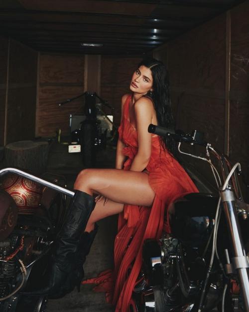 Kylie Jenner unggah foto berbikini di tengah isu kehamilannya. (Foto: Instagram/@kyliejenner)