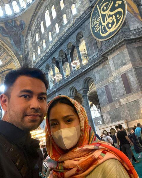 Raffi Ahmad dan Nagita Slavina di Masjid Hagia Sophia Turki. (Foto: Instagram @raffinagita1717)