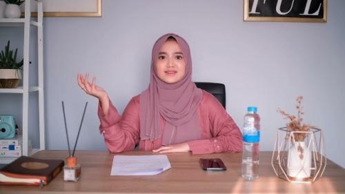 Wirda Mansur menjelaskan tentang sholat enam rakaat setelah maghrib. (Foto: YouTube Wirda Mansur)