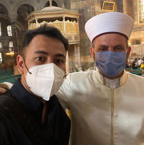 Raffi Ahmad bertemu Imam Besar Turki di Masjid Hagia Sophia. (Foto: Instagram @raffinagita1717)
