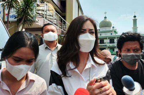 Tak hanya cerai, Dhena Devanka juga menggugat hak asuh atas tiga anaknya dari Jonathan Frizzy. (Foto: MNC Portal Indonesia)