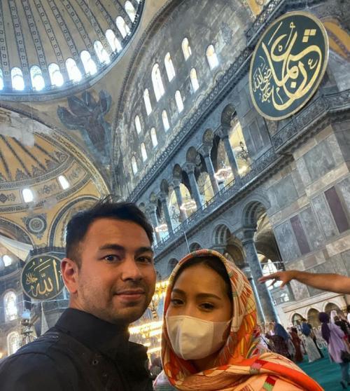Nagita Slavina dan Raffi Ahmad saat mengunjungi Hagia Sophia. (Foto: Instagram/@raffinagita1717)