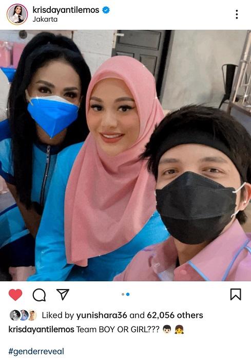 Krisdayanti hadir di acara gender reveal Aurel Hermansyah. (Foto: Instagram/@krisdayantilemos)