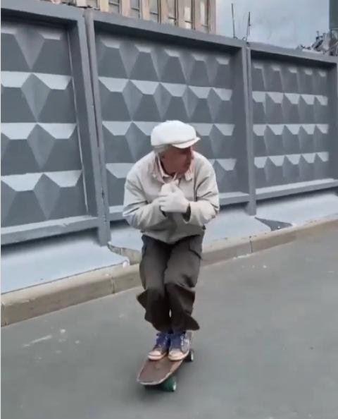 Viral Kakek Igor skateboarder berusia 73 tahun. (Foto: Instagram @timukhinmax)