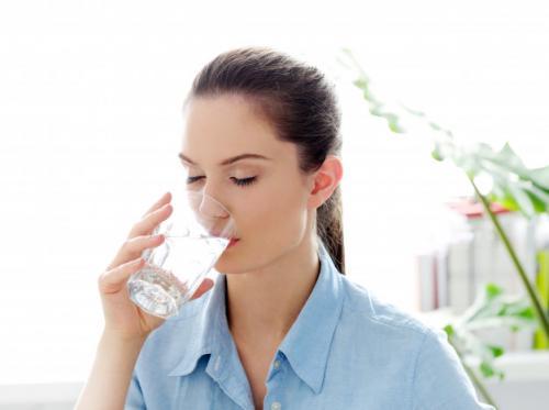 Ilustrasi manfaat minum air putih bisa cegah gagal jantung. (Foto: Racool Studio/Freepik)