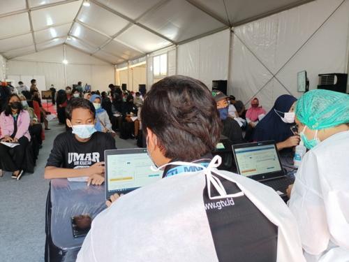 Fasya siswa SMP mengikuti vaksinasi dosis kedua di MNC Studios. (Foto: Siska Permata Sari/MNC Portal)