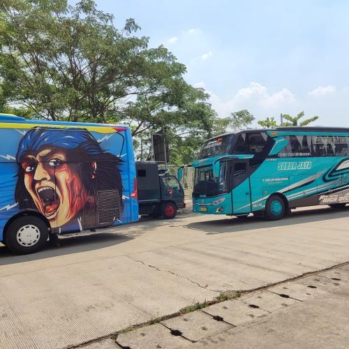 Bus PSIS Semarang dan Persela Lamongan (Foto: MPI/Cikal Bintang)
