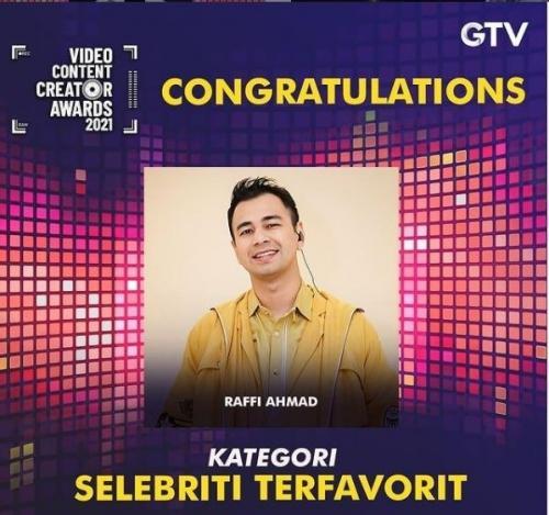 Raffi Amad menang trofi Selebriti Terfavorit di Video Content Creator Awards 2021. (Foto: GTV)